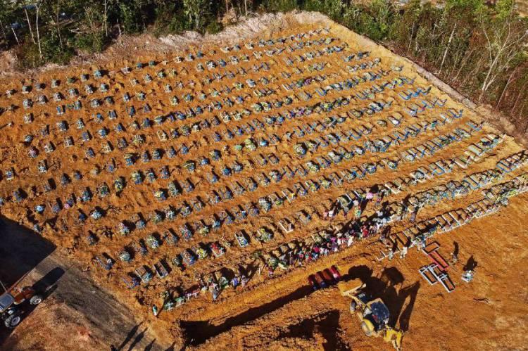 Vista aérea de valas comuns sendo construídas em Manaus, capital do Amazonas
