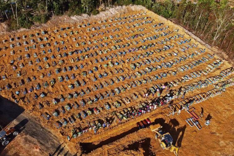 Vista aérea de valas comuns sendo construídas em Manaus, capital do Amazonas (Foto: MICHAEL DANTAS / AFP)
