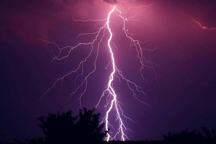 A Enel adverte para os cuidados a serem tomados dentro e fora de casa durante chuvas com raios e trovões (Foto: Ron Rev Fenomeno/Pixabay)
