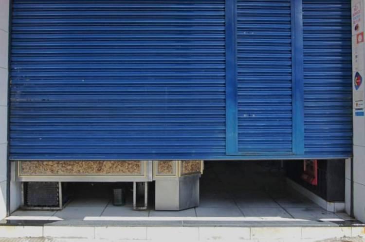 Comércio com portões meio abertos. Foto: Aurélio Alves/O POVO