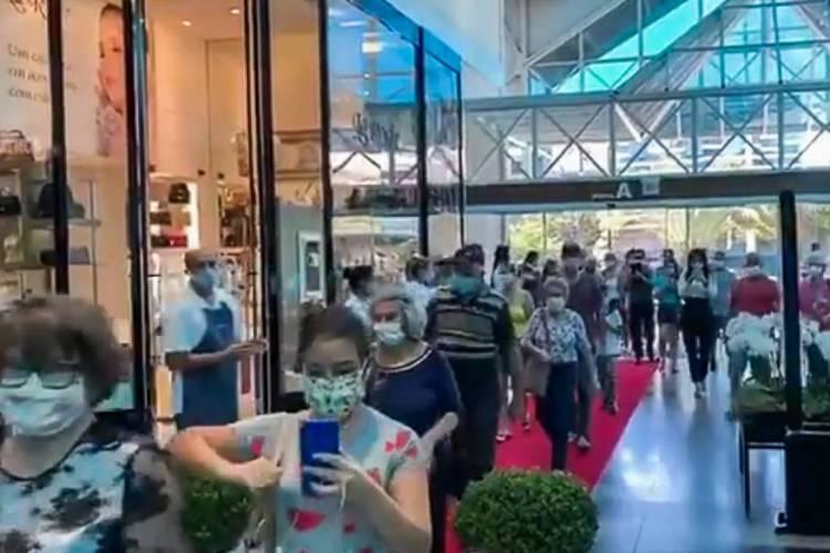Blumenau, Santa Catarina em 22 de abril de 2020, Imagem reproducao de movimentacao em shopping que reabriu as portas em meio a pandemia do coronavirus, causando aglomeracao de pessoal. (Foto Reproduçao) (Foto: Reprodução)