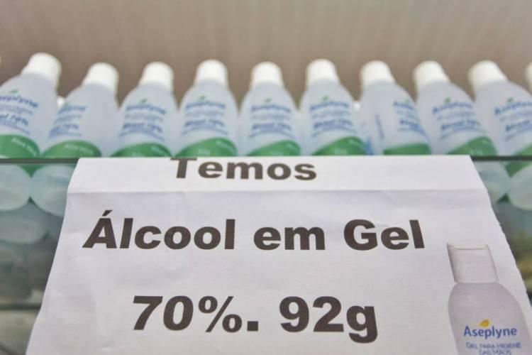 álcool gel (usando e em prateleiras). Foto: Aurélio Alves/O POVO (Foto: Aurélio Alves/O POVO)
