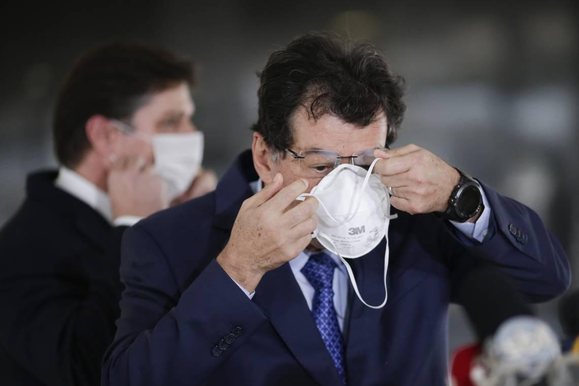 Senador Eduardo Braga (AM), líder do MDB no Senado, coloca máscara à saída do encontro com Bolsonaro, no Planalto