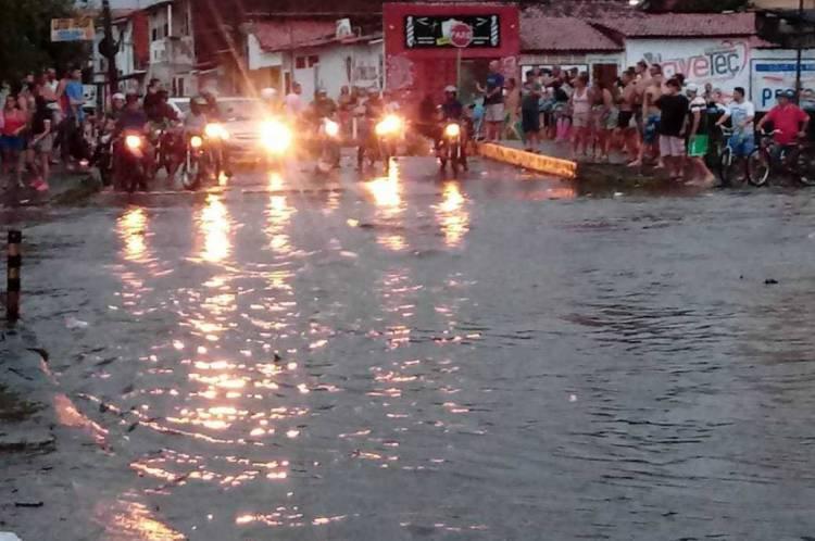 Carros tiveram dificuldade de atravessar as avenidas C e F, no Conjunto Ceará