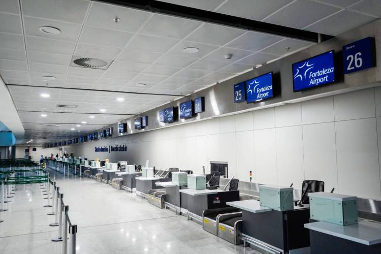 Aeroporto Internacional Pinto Martins vazio; novos protocolos passam a valer nesta terça-feira (Foto: JÚLIO CAESAR)
