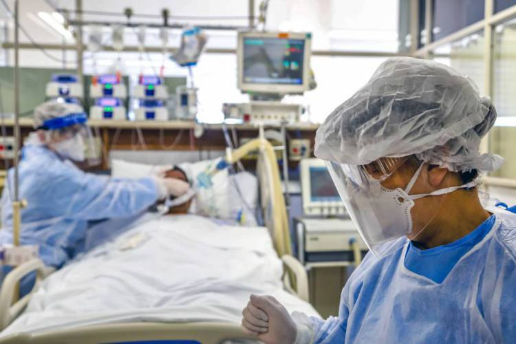 Covid-19 testa sistemas de saúde no mundo todo (Foto: Silvio AVILA / AFP)
