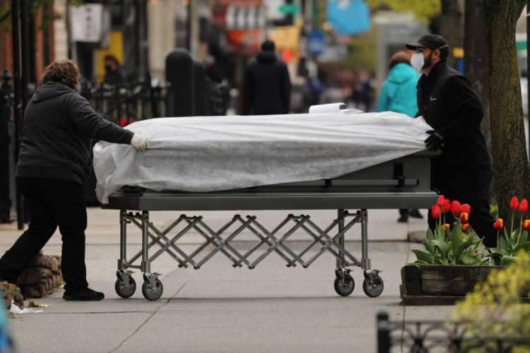 Caixão é levado a casa funerária no Brooklyn, em Nova York (Foto: Spencer Platt/Getty Images/AFP)
