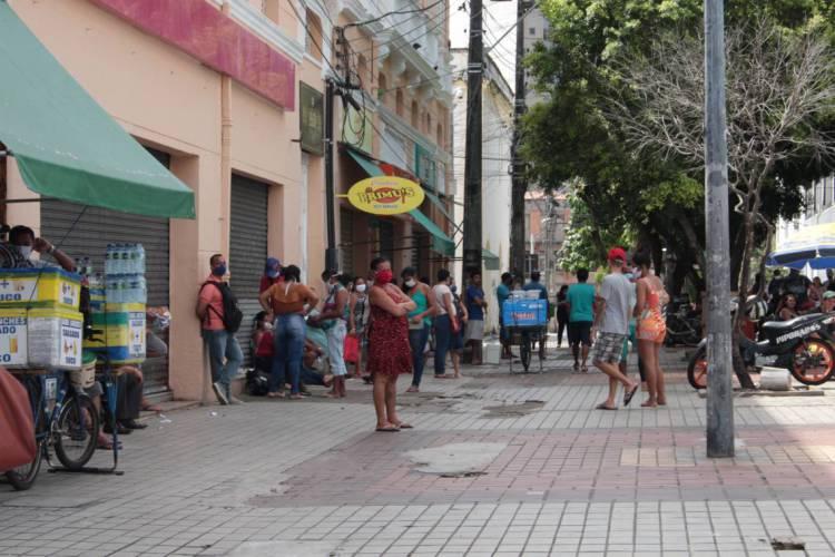 Movimentação de pessoas no Centro de Fortaleza, no Ceará, durante período de isolamento social, em 23 de abril de 2020 (Foto: Isaac Moreira/Especial para O Povo)