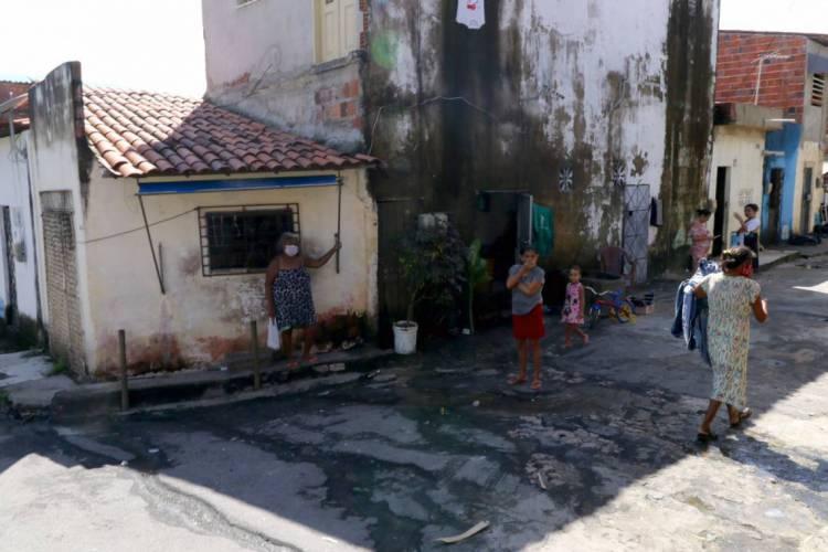 Especialistas avaliam que o isolamento social é menos efetivo nas periferias porque o Poder Público não oferece amparo suficiente para a população mais vulnerável (Foto: Fabio Lima)