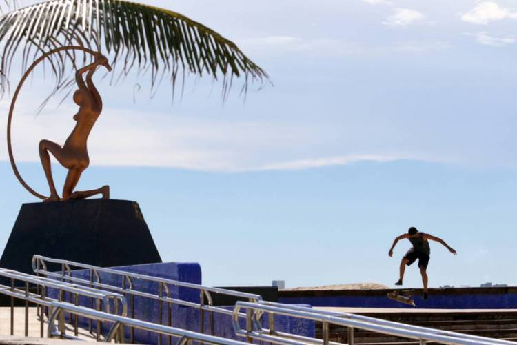 Movimentação de pessoas se exercitando em época de coronavírus na Praia de Iracema (Foto: Fabio Lima)