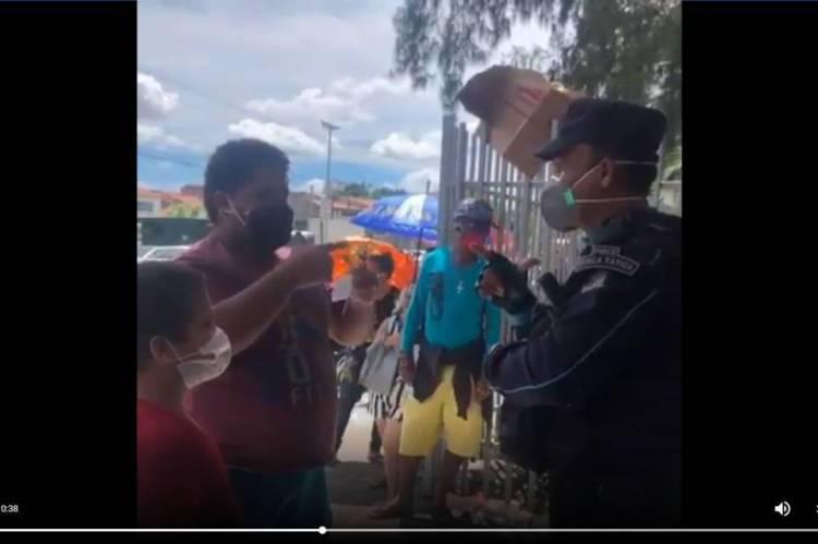 Policial passa orientações em libras para um cidadão