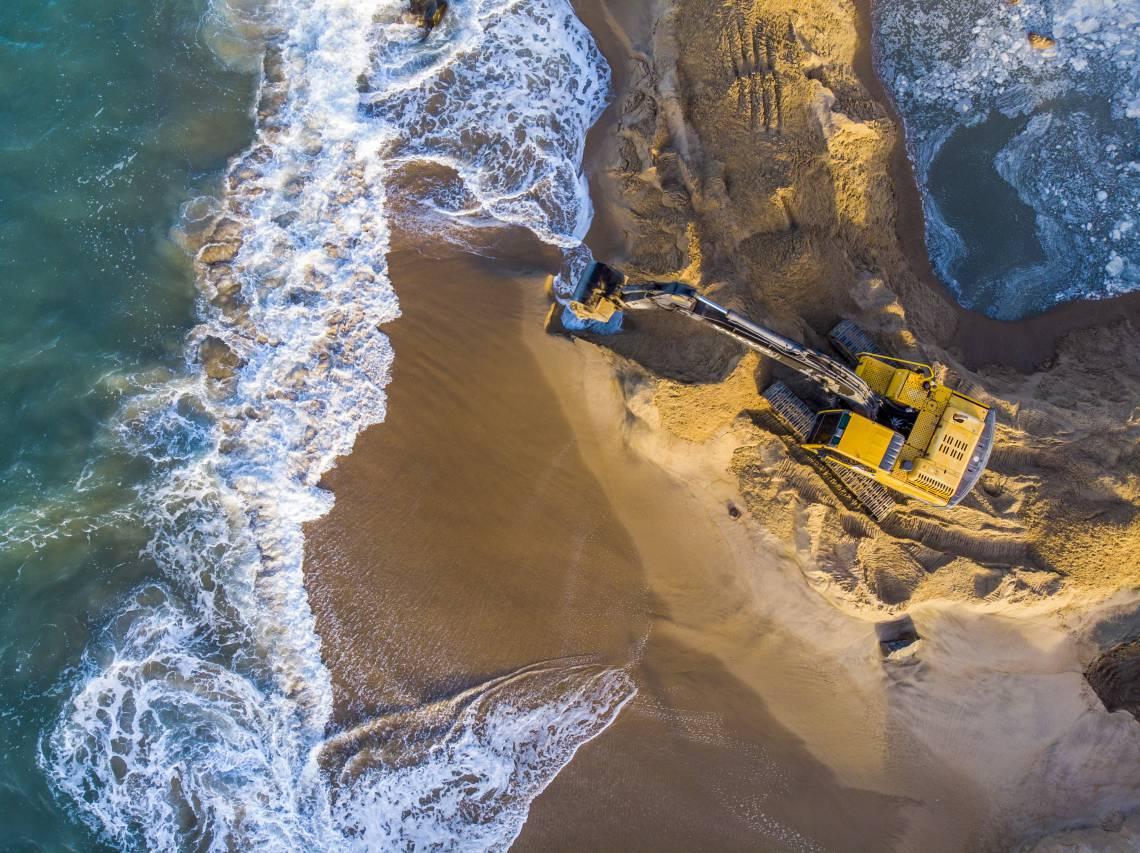 Fortaleza, Ceará Brasil 24.04.2020 Obras de alargamento da faixa de areia na Av. Beir Mar (Fco Fontenele/O POVO)