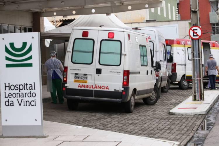 Pacientes que tiverem indicação de internação serão levados em ambulâncias dos postos de saúde para os hospitais (Foto: FÁBIO LIMA)