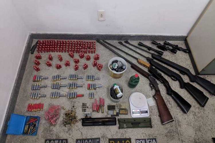 Foram apreendidas duas armas de fogo, munições, balança de precisão, luneta e outros materiais ilícitos