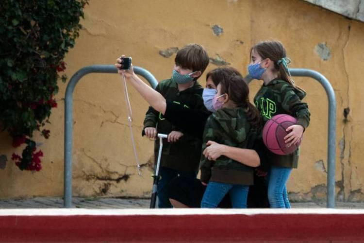 Em alguns locais, as crianças já podem sair para se divertir, mas esse novo sintoma tem preocupado os especialistas (Foto:  Jose Jordan/AFP)
