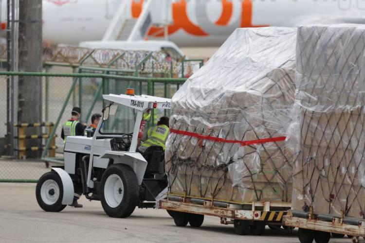 Materiais chegaram ao Aeroporto de Fortaleza neste domingo, 26 e serão distribuídos para hospitais e UPAs da Capital e do Interior (Foto: JÚLIO CAESAR/O POVO)