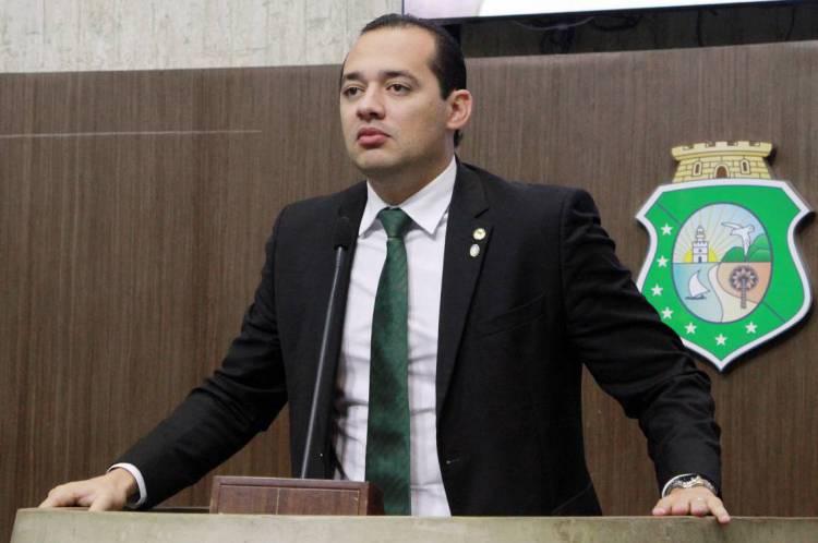 Proposta de 14º salário para profissionais de saúde é do deputado Danniel Oliveira (MDB)