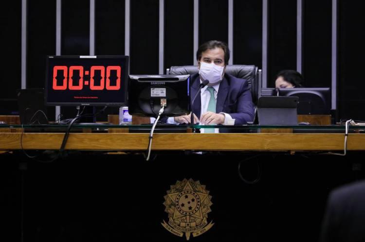 Rodrigo Maia de máscara durante sessão plenária da Câmara