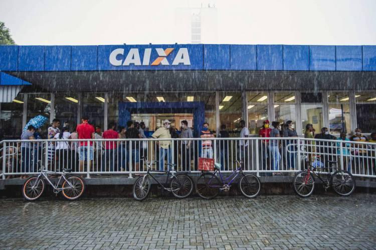 Filas em agências da Caixa para receber o auxílio emergencial já estão mais controladas (Foto: Aurelio Alves/O POVO)