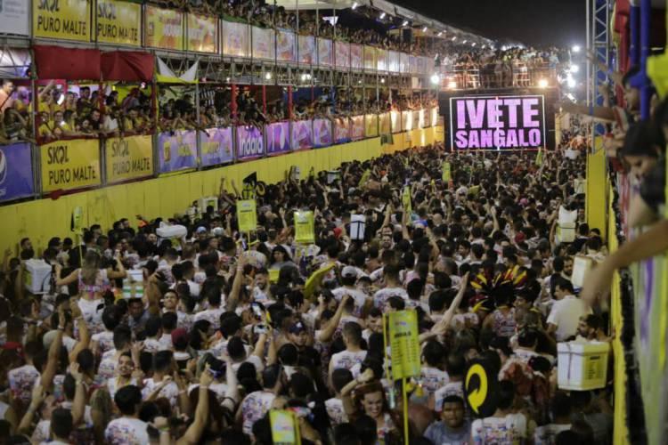 Festas como o Fortal apresentam risco extra pela alta aglomeração de pessoas (Foto: Aurélio Alves / O POVO)