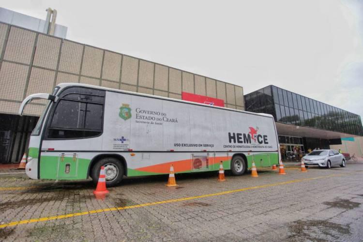 Unidade móvel do Hemoce ficará no estacionamento do Iguatemi até quinta-feira (Foto: AURÉLIO ALVES)