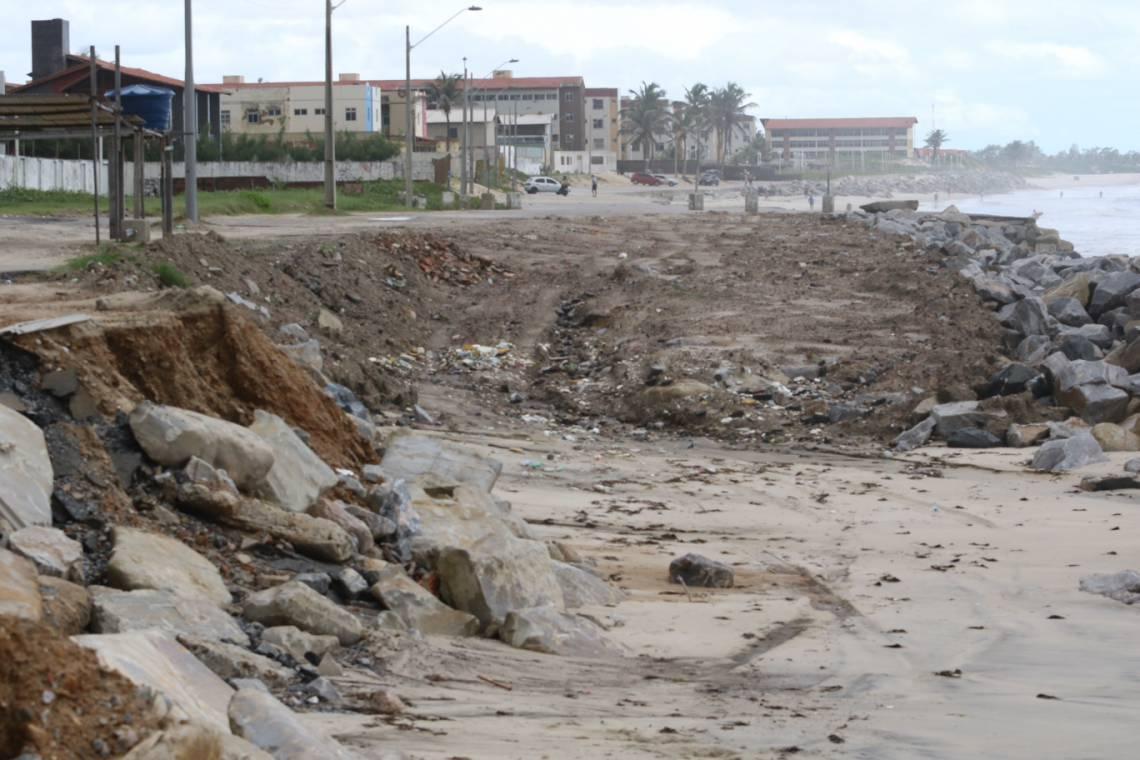 Paredão reforçado no início deste ano, na tentativa de frear o avanço do mar na praia do Icaraí, enquanto a Prefeitura de Caucaia aguarda verba federal para construir espigões