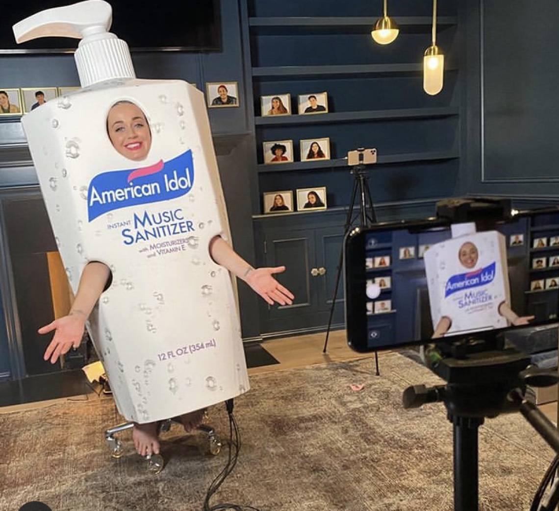 Katy Perry fantasiada de álcool em gel para promover o American Idol