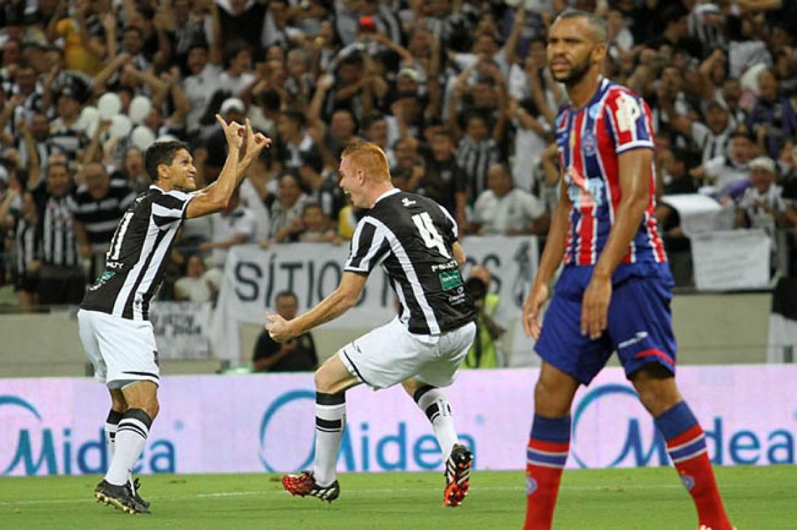 Charles comemorando o primeiro gol do Ceará na final da Copa do Nordeste 2015