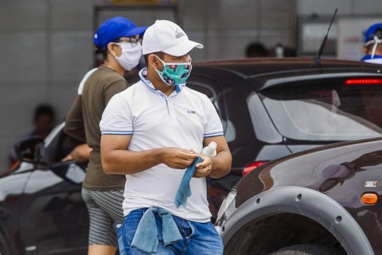 FORTALEZA, CE, BRASIL, 29-04-2020: Pessoas de mascaras nas ruas de Fortaleza na quarentena. em epoca de COVID-19. (Foto: Aurelio Alves/O POVO) (Foto: Aurelio Alves/O POVO)