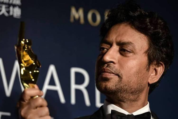 Irrfan Khan posa após ser premiado com o Asian Film Awards, em Macau, em março de 2014  (Foto: PHILIPPE LOPEZ / AFP)