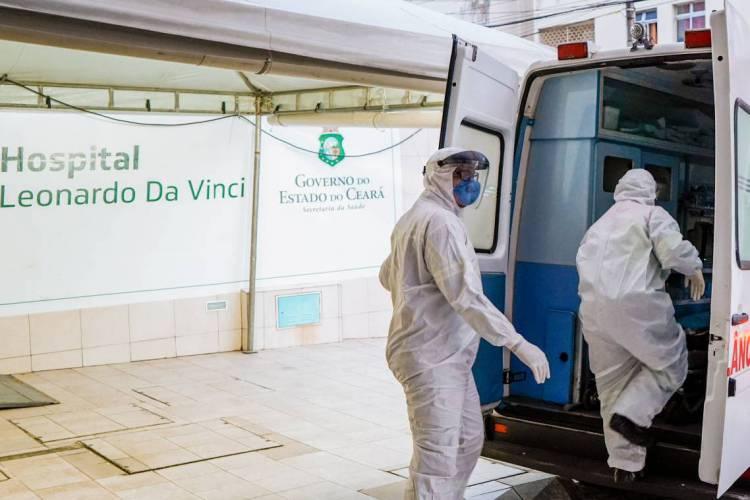 Na linha de frente de combate ao coronavírus, profissionais da saúde são expostos ao risco de infecção (Foto: JULIO CAESAR)