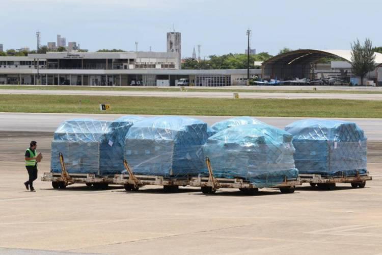 29.04.2020: Chegada de EPIs no setor de carga do aeroporto internacional Pinto Martins. (Fotos: Fabio Lima/O POVO) (Foto: Fabio Lima/O POVO)