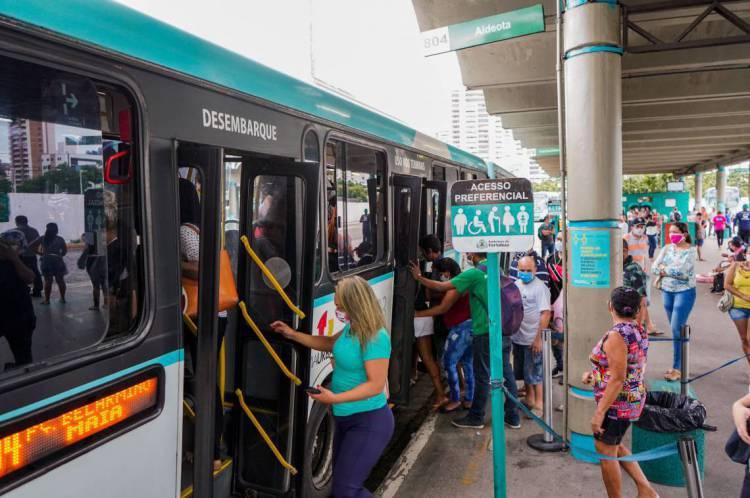 FORTALEZA-CE, BRASIL, 30-04-2020: Movimentação de pessoas no terminal de ônibus do Papicu. Terminal apresenta muita movimentação com filas e ônibus com lotação completa.