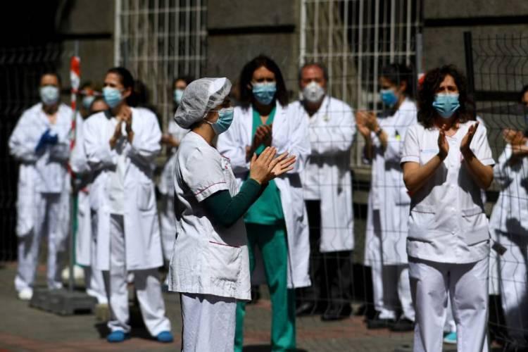 Médicos em clima de festa pela luta contra a pandemia (Foto: Gabriel BOUYS / AFP)