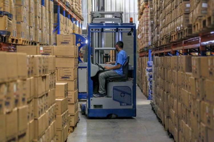 O Centro de Distribuição armazena e organiza a distribuição dos insumos médicos e hospitalares da Estado (Foto: TATIANA FORTES/ GOVERNO DO CEARÁ)