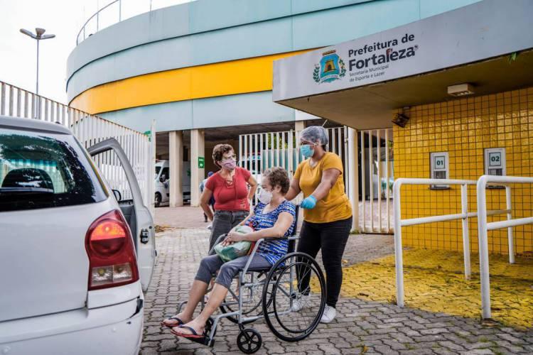 Foto mostra paciente recebendo alta médica do hospital de campanha do PV (Foto: JÚLIO CAESAR)