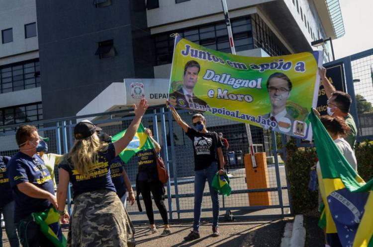 Apoiadores de Moro e Bolsonaro se manifestam com cartazes em frente ao prédio da PF em Curitiba, durante o depoimento do ex-ministro