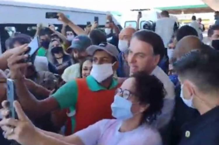 Bolsonaro é cercado nas ruas de Goiás, com pedidos de selfies, após voltar a contrariar regras de isolamento