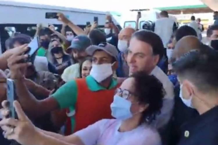 Bolsonaro é cercado nas ruas de Goiás, com pedidos de selfies, após voltar a contrariar regras de isolamento (Foto: REPRODUÇÃO)