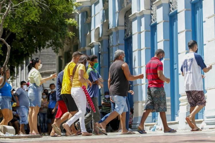 Aglomeração de pessoas em frente à Caixa Econômica Federal da Praça do Ferreira; eventos são responsáveis pelo massivo contágio da doença no País. (Foto: FCO FONTENELE)