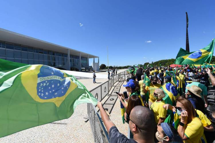 Supporters of Brazilian President Jair Bolsonaro gather outside Planalto Palace in Brasilia, on May 3, 2020 during the COVID-19 novel coronavirus pandemic. - The novel coronavirus has killed at least 243,637 people since the outbreak first emerged in China last December, according to a tally from official sources compiled by AFP at 1100 GMT on Sunday. (Photo by EVARISTO SA / AFP) (Foto: EVARISTO SA / AFP)