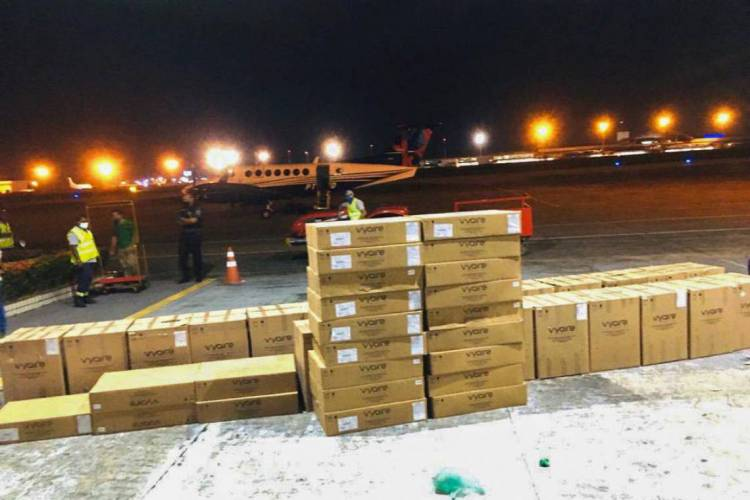 Respiradores desembarcaram na noite de sábado no aeroporto de Fortaleza (Foto: GOVERNO DO ESTADO/ DIVULGAÇÃO)