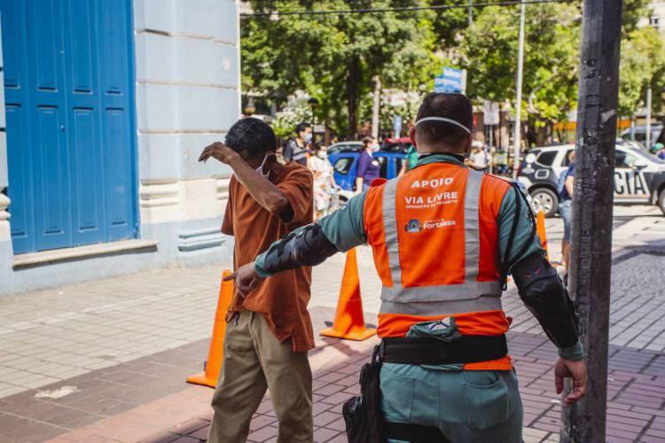 Agentes estarão em bloqueios de acessos a Fortaleza, com intensificação em bairros com maior atividades (Foto: Aurelio Alves/O POVO)