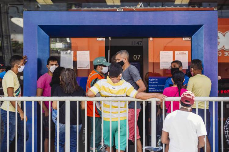 FORTALEZA, CE, BRASIL, 05-05-2020: Caixa Economica Federal na Avenida Duque de Caxias com Rua Floriano Peixoto, com filas grandes e pessoas aglomeradas. em época de COVID-19. (Foto: Aurelio Alves/O POVO)