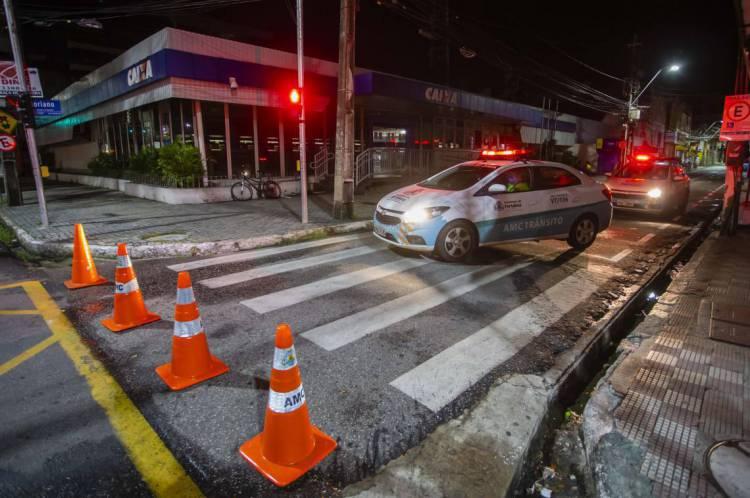 FORTALEZA, CE, BRASIL, 06-05-2020: Pessoas chegam pela tarde dia anterior e viram a noite na calçada da Caixa Economica Fereral Para receber o auxilio emergencial. em época de COVID-19. (Foto: Aurelio Alves/O POVO)
