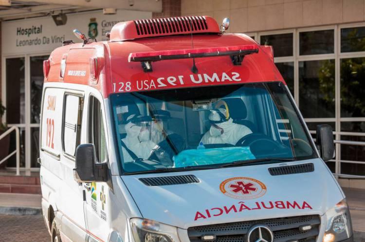 Ambulância em frente ao Hospital Leonardo da Vinci. Movimentação em frente ao hospital Leonardo da VInci. ( Foto: Júlio Caesar / O Povo)
