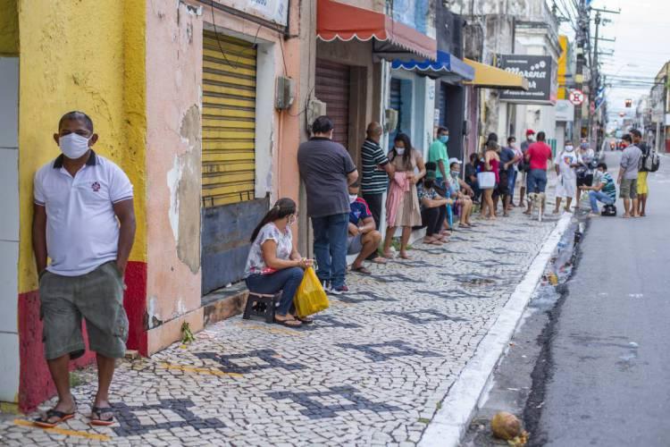 Aglomeração de pessoas em filas para entrada em agências da Caixa foram comuns até a semana passada. Foto tirada em 6/5/2020 (Foto: Aurelio Alves/O POVO)