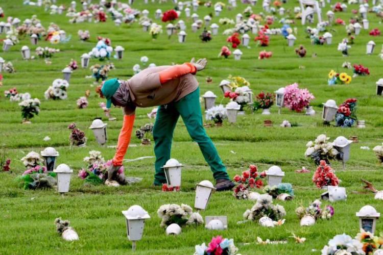 Velórios e enterros não reúnem mais familiares e amigos (Foto: Fábio Lima)