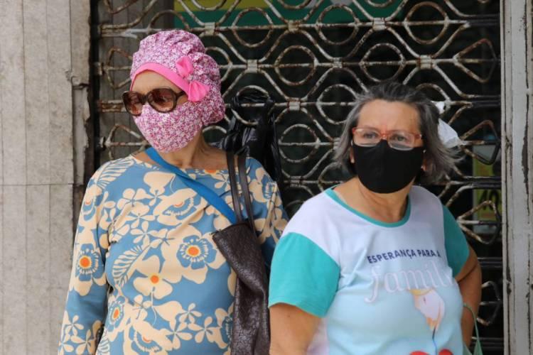 Pessoas usando máscara de pano (Foto: Fabio Lima)