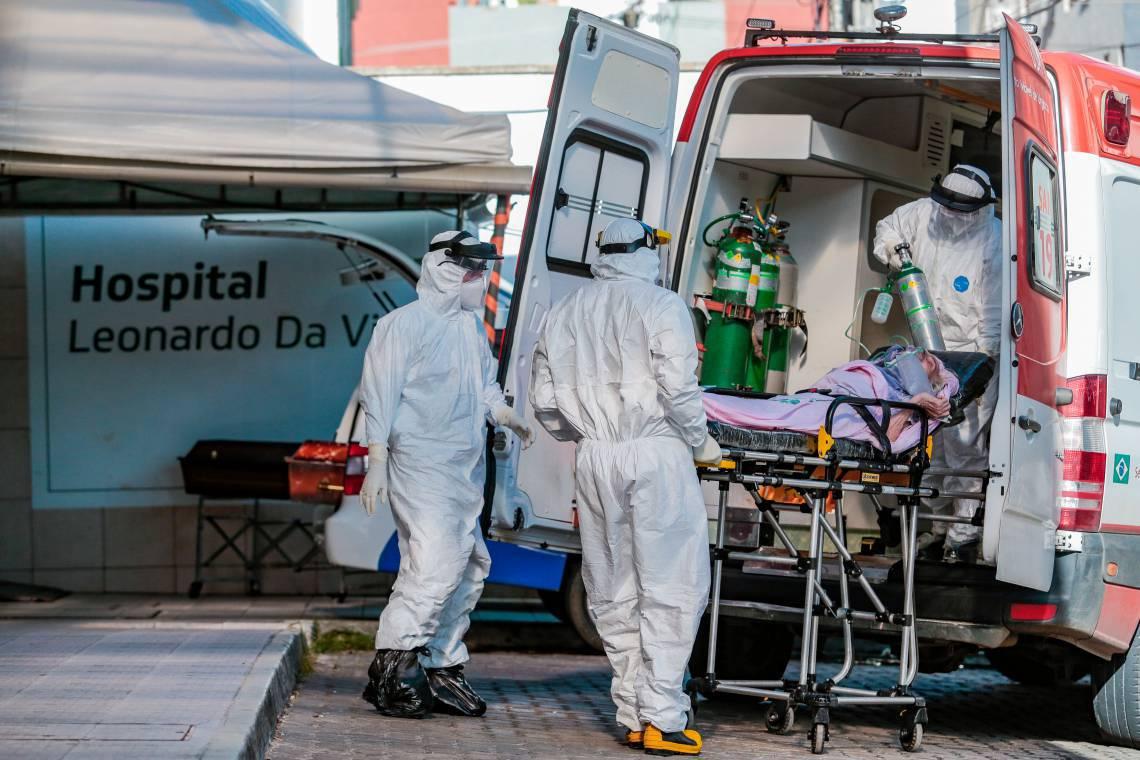 FORTALEZA-CE, BRASIL, 05-05-2020: Socorristas retiram da ambulância paciente transferida de uma UPA para o Hospital Leonardo Da VInci. Movimentação em frente ao hospital Leonardo Da VInci. ( Foto: Júlio Caesar / O Povo)